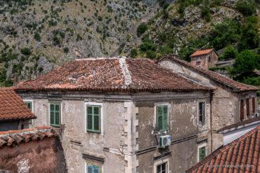 Скользящий взгляд по крышам Котора