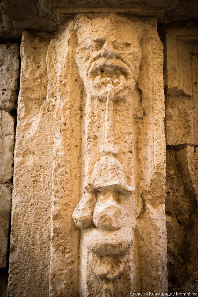 древний фрагмент в стене дом