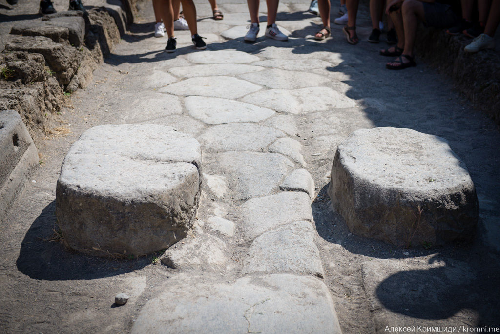 Индивидуальная экскурсия по Древним Помпеям. Мостовая и камни для перехода улицы