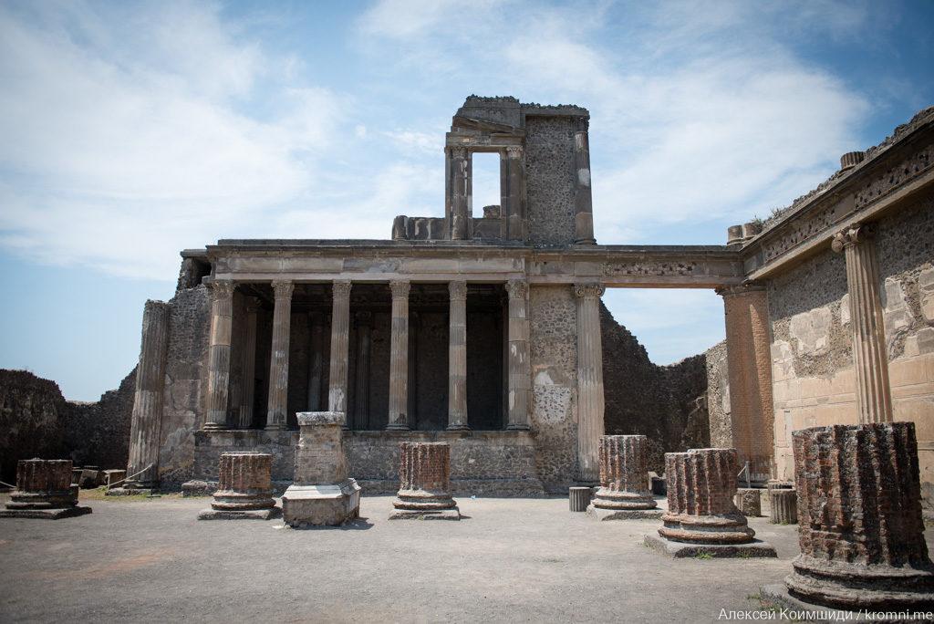 Индивидуальная экскурсия по Древним Помпеям. Форум, здание Триунала