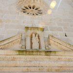 Фронтон портала церкви Богородица на Рифе